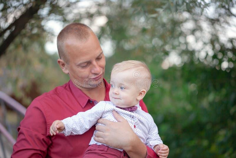 Père jouant avec peu de fils sur la nature Concept de la famille heureux photographie stock libre de droits