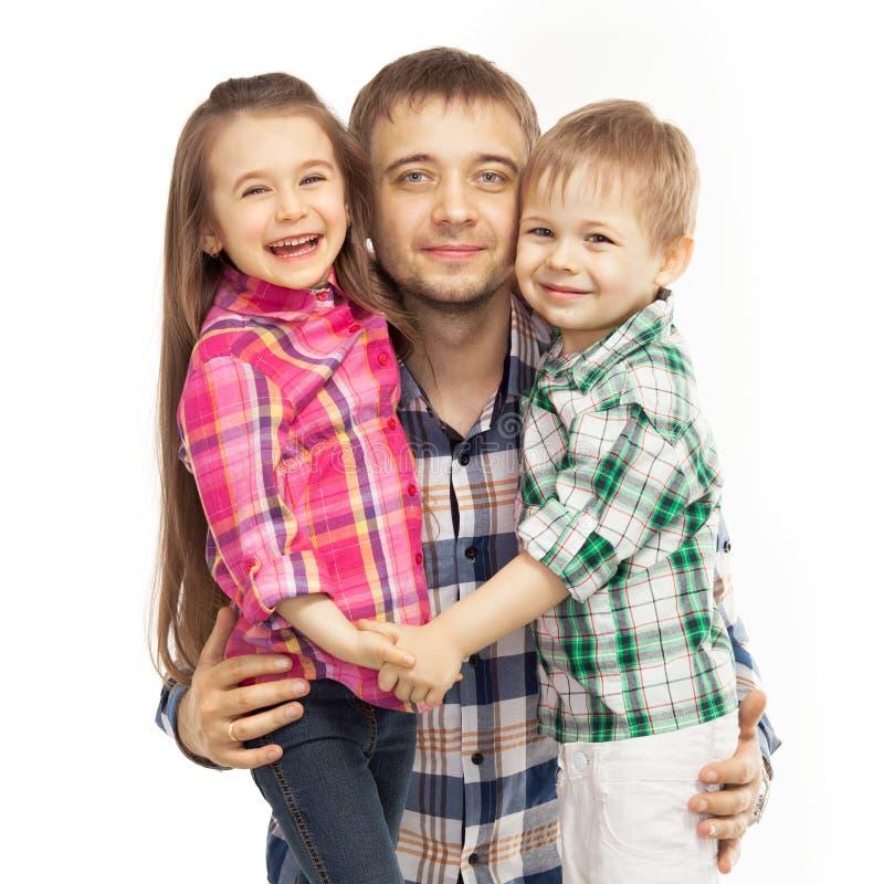 Père joyeux étreignant son fils et fille photos libres de droits