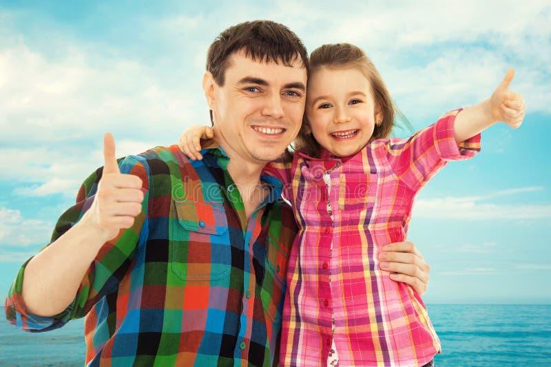 Père joyeux avec la fille montrant des pouces  images libres de droits