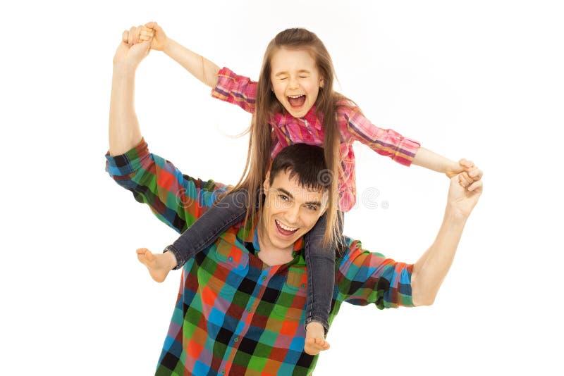 Père joyeux avec la fille sur des épaules photos libres de droits