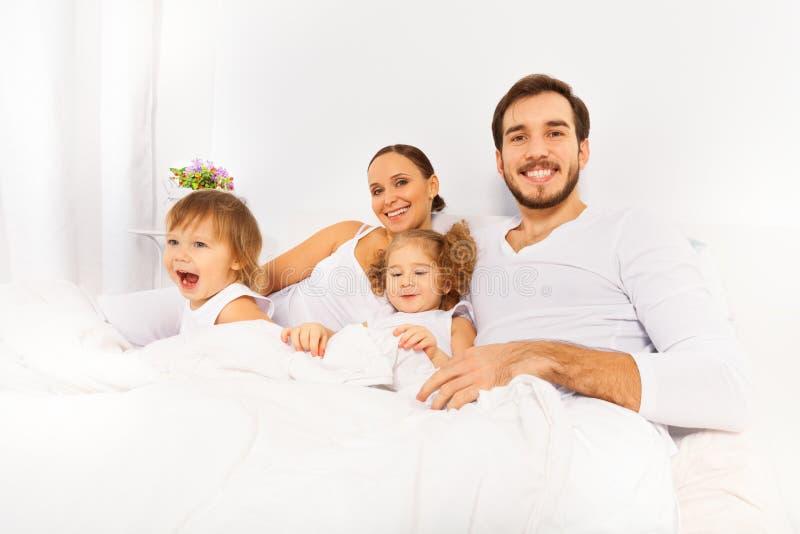 Père, mère et deux enfants pendant le matin photographie stock libre de droits