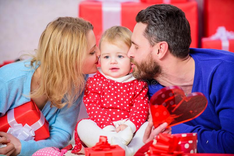 Père, mère et enfant de doughter Rose rouge Boîtes rouges Amour et confiance dans la famille homme et femme barbus avec photo libre de droits