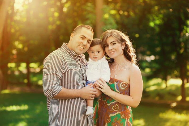 Père, mère et petit fils jouant dehors en été image libre de droits