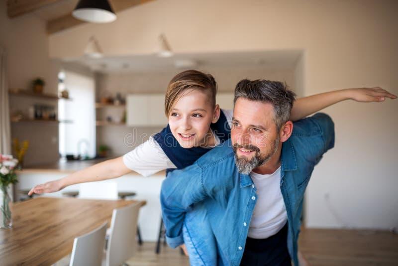 Père mûr avec le petit fils ayant l'amusement à l'intérieur photographie stock