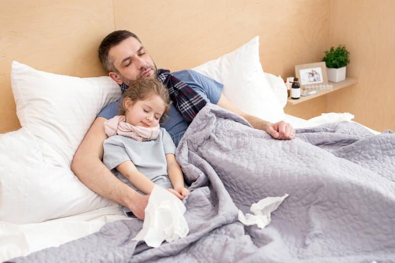 Père malade et fille dormant ensemble photo stock