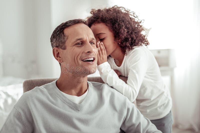 Père motivé impliqué passant un jour merveilleux avec une fille image stock