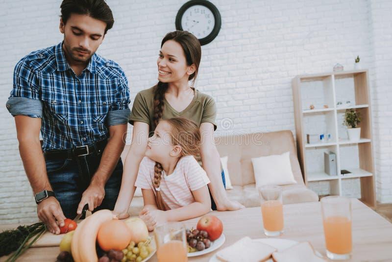 Père Prepares Breakfast pour la famille heureuse à la maison photographie stock libre de droits
