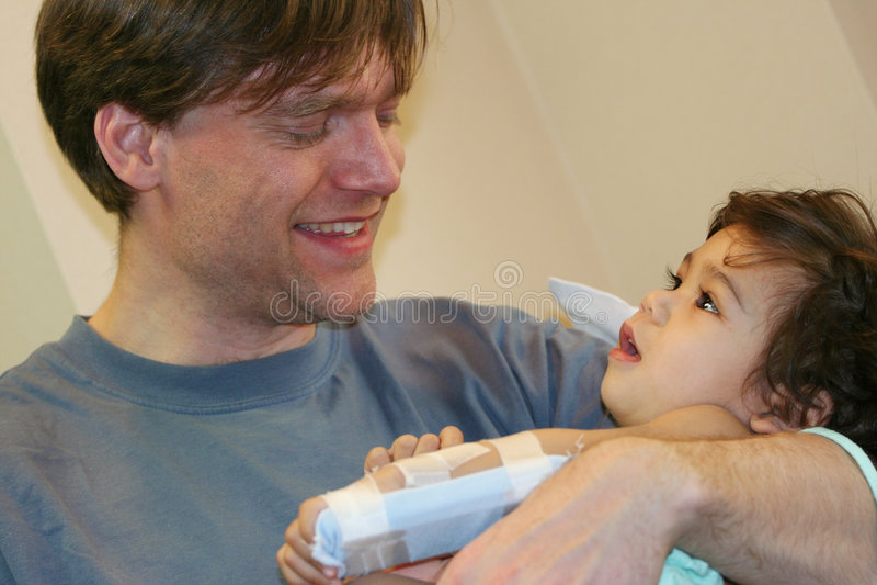 Père retenant la chéri malade dans l'hôpital photos libres de droits