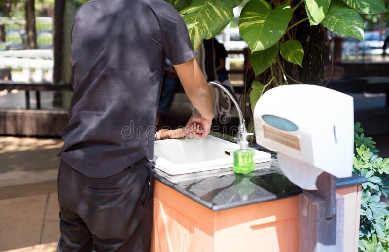 Père se lavant les mains de fils photos libres de droits