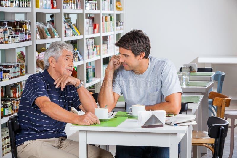 Père And Son Discussing au-dessus de café image stock