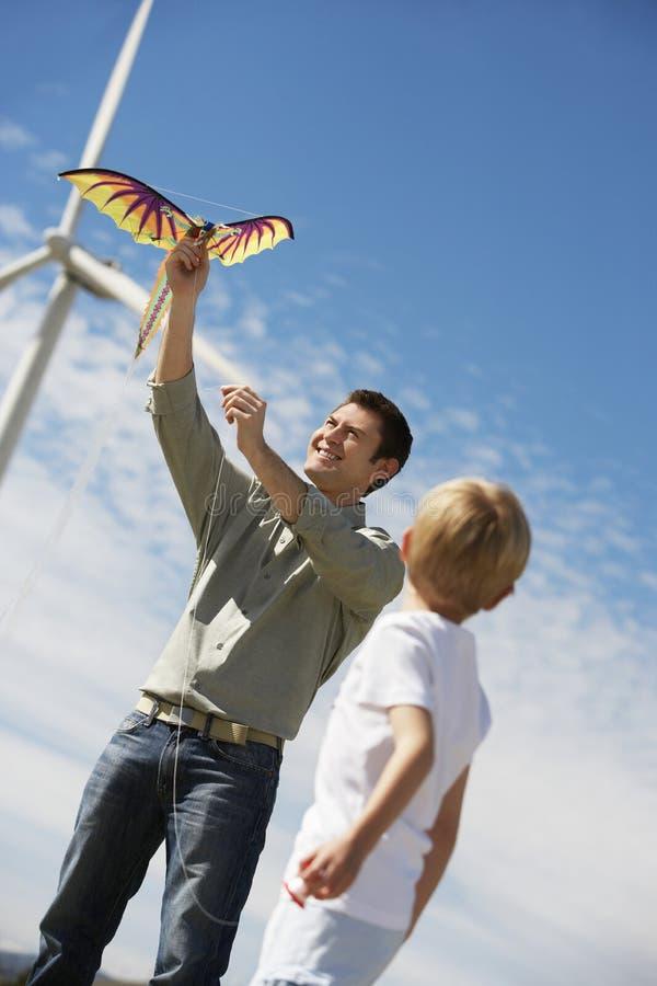Père And Son Playing avec le cerf-volant image libre de droits