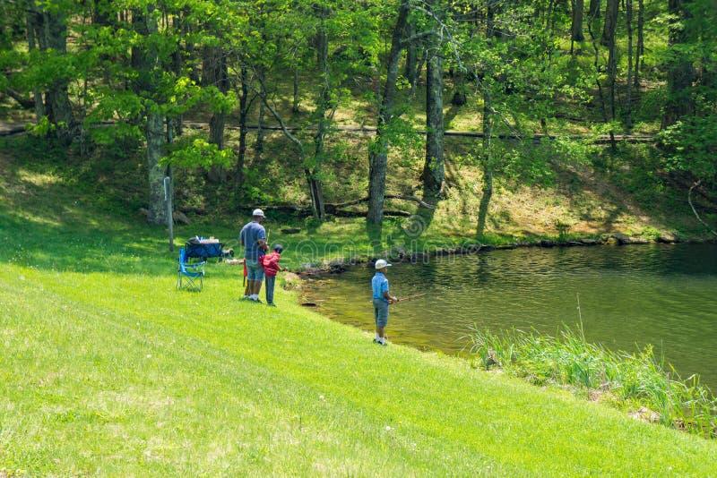 Père Teaching His Children comment pêcher images libres de droits
