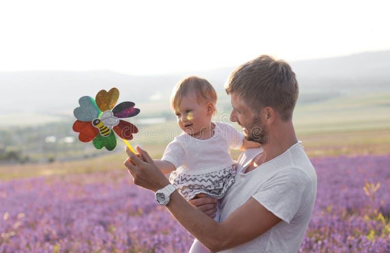 Père tenant sa petite fille mignonne images stock