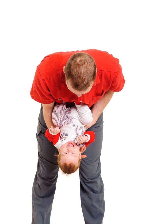 Père tenant son fils dans des mains photos stock