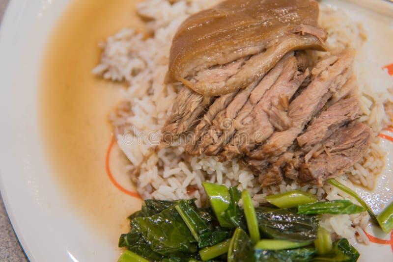 Pé cozido da carne de porco no arroz com alho e couve na vista superior foto de stock royalty free