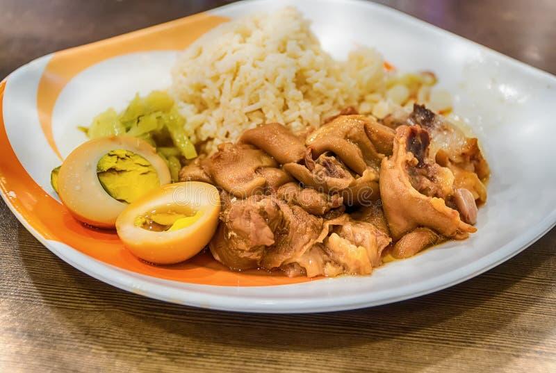 Pé cozido da carne de porco sobre o arroz fotos de stock royalty free