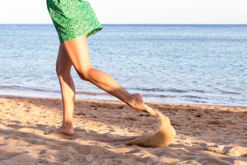 Pé da mulher que corre na praia da areia Férias de verão Mulher bonita feliz que corre na praia fotografia de stock