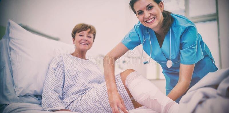 Pé de envolvimento da enfermeira do paciente imagens de stock