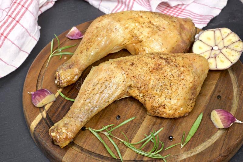 Pé de frango assado ou pilões de galinha deliciosos imagens de stock