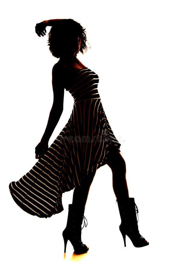 Pé do sopro do vestido da listra da mulher da silhueta acima imagens de stock royalty free