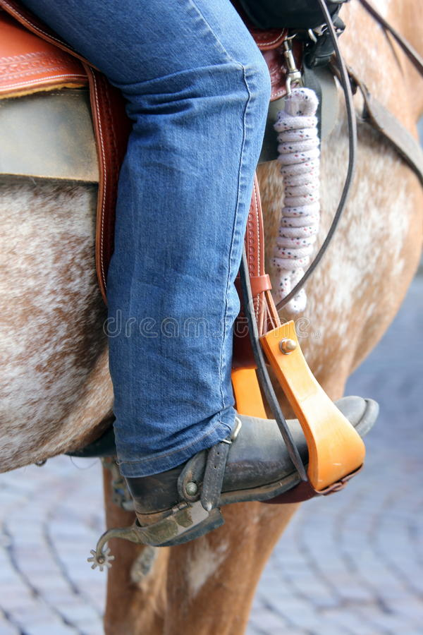 Pé do vaqueiro no estribo do cavalo fotos de stock royalty free