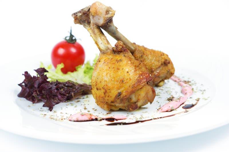 Pé e vegetais grelhados de galinha no fundo branco fotografia de stock