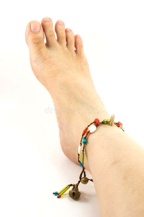 Pé fêmea com bracelete fotografia de stock royalty free