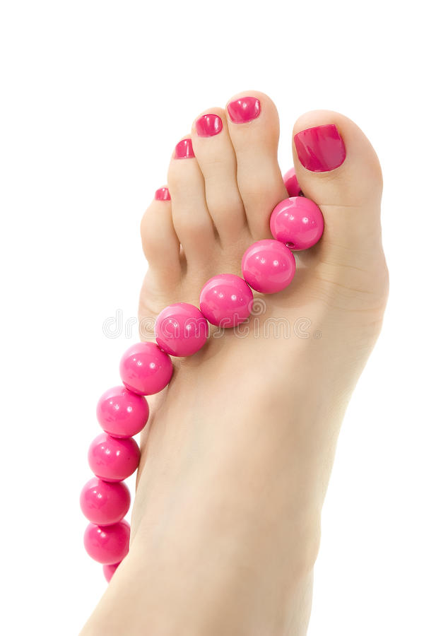 Pé fêmea com pedicure e o acessório cor-de-rosa imagem de stock