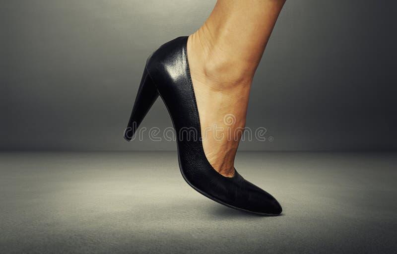 Pé fêmea na sapata preta imagem de stock royalty free