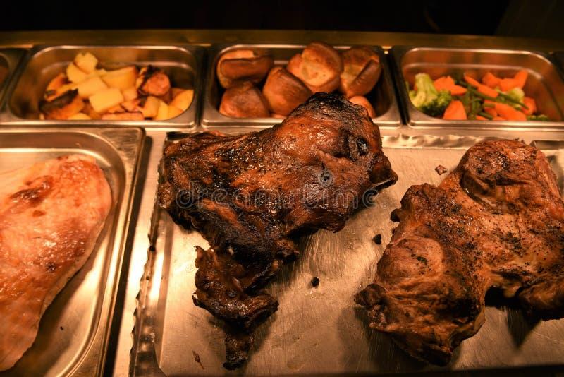 Pé inteiro do assado de junções do cordeiro e da carne de carneiro da carne com vegetais imagem de stock royalty free