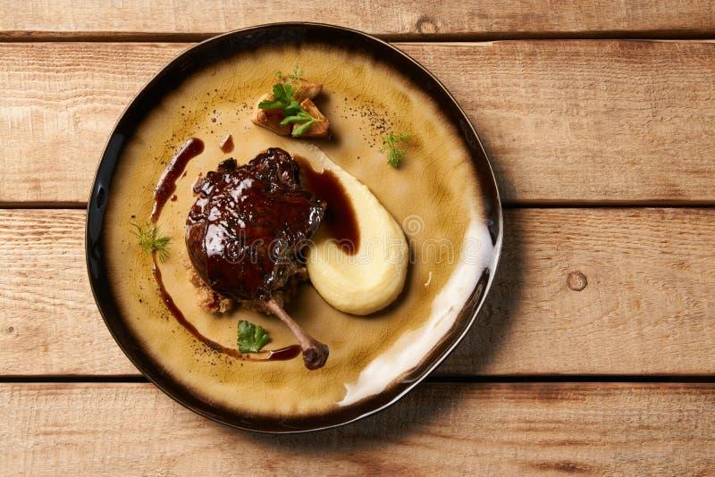 Pé Roasted do pato com batatas trituradas fotografia de stock royalty free