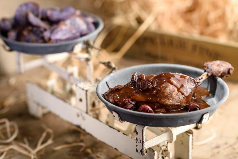 Pé Roasted do pato no molho da cereja do vinho do Porto fotografia de stock royalty free