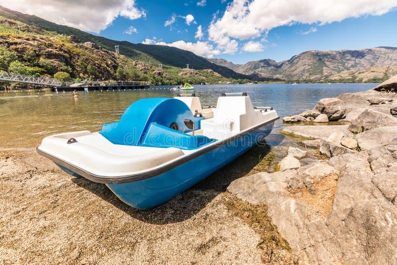 Pédale de bateau dans le lac de Sanabria à Zamora Castille y Léon, Espagne photos stock