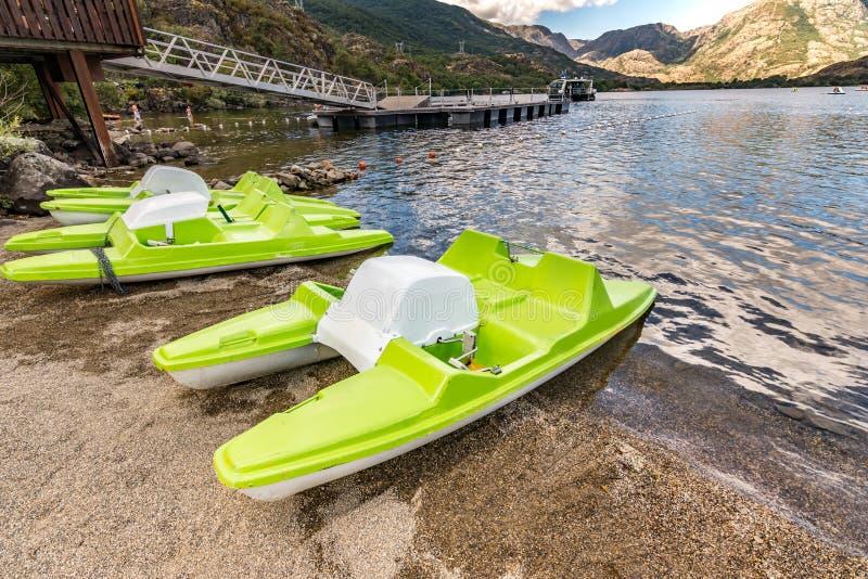 Pédale de bateau dans le lac de Sanabria à Zamora Castille y Léon, Espagne photos libres de droits