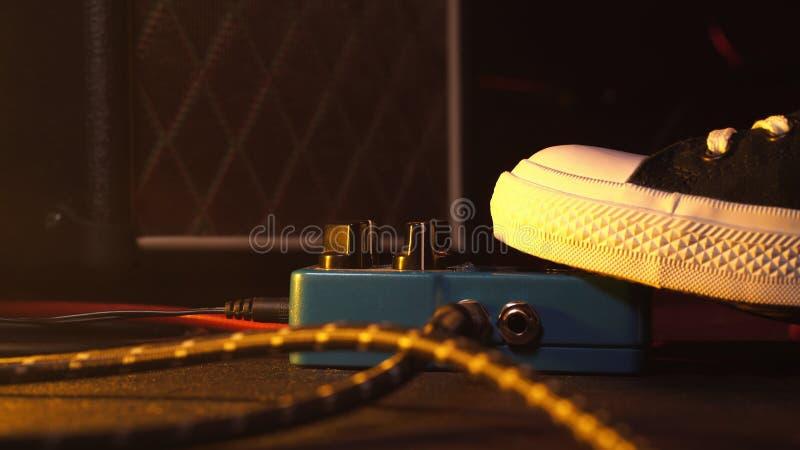 Pédales et interrupteur à pied de guitare à l'intérieur de pièce d'enregistrement Fermez-vous des pédales de guitare et du pied d photos stock