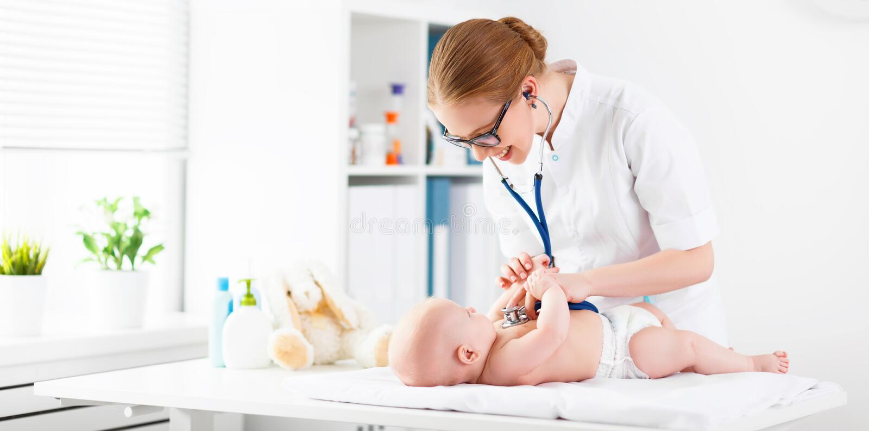 Pédiatre de docteur et patient de bébé photographie stock