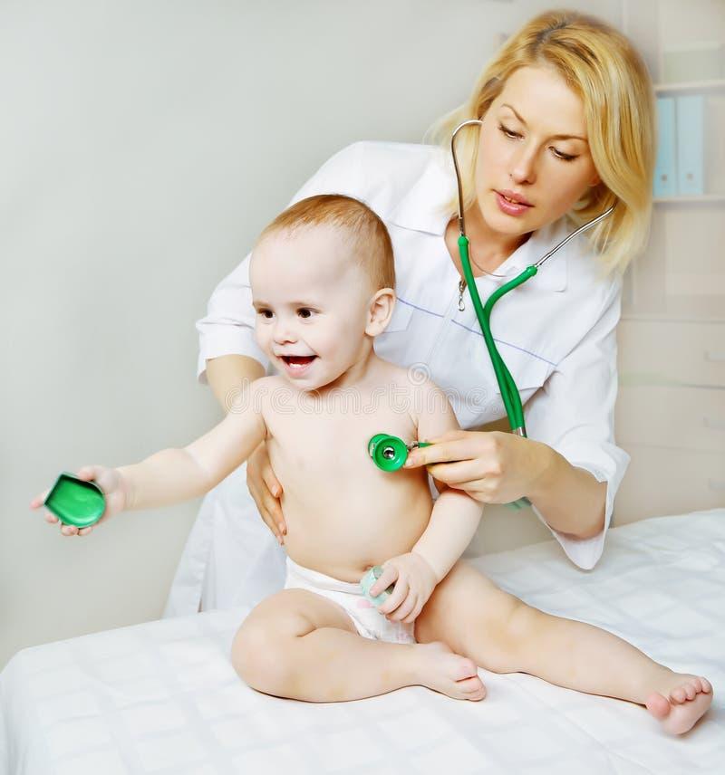 Pédiatre et bébé de docteur image libre de droits