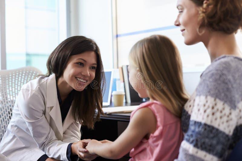 Pédiatre Meeting With Mother et enfant dans l'hôpital photos stock