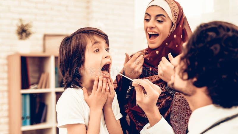 Pédiatre musulman Examining Boy, malade de gorge Enfant au pédiatre Concept d'hôpital Concept sain Patient d'enfant photo stock