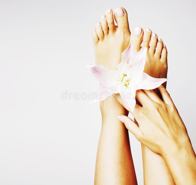 Pédicurie de manucure avec la fin de lis de fleur d'isolement sur le pe blanc photos libres de droits