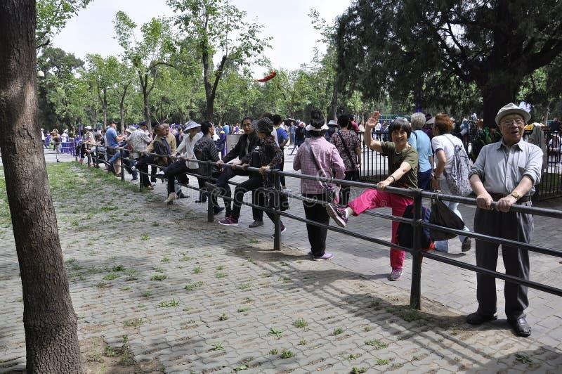 Pékin, 7ème peut : Les gens pratique des exercices en parc célèbre du temple du Ciel dans Pékin photographie stock libre de droits
