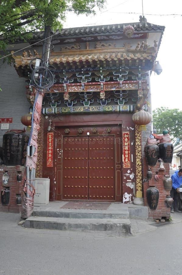 Pékin, 7ème peut : Maison chinoise typique avec la porte rouge de Wangzuo Hutong dans Pékin photo stock