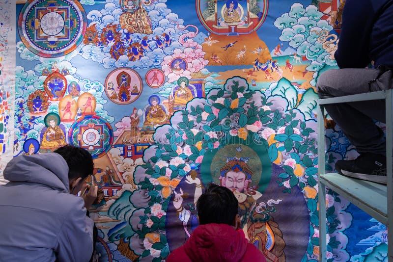 PÉKIN, CHINE - 22 DÉCEMBRE 2017 : Trois peuples chinois peignant un art bouddhiste traditionnel de mur images libres de droits