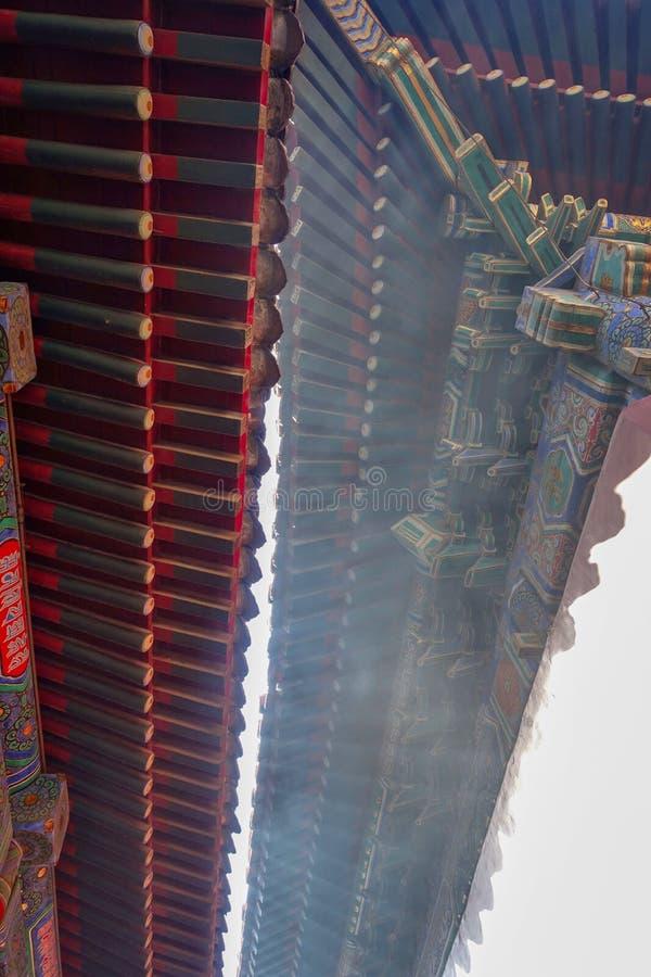 Pékin La Chine Un fragment de la corniche du toit de Yonghegong Lama Temple photographie stock