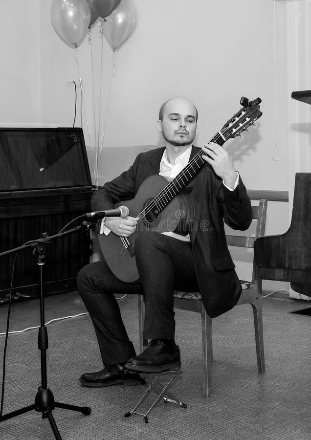 Pékin, photo noire et blanche de la Chine Le musicien joue la guitare photographie stock libre de droits