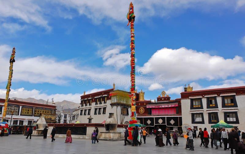 Pélerins au temple de Jokhang image stock