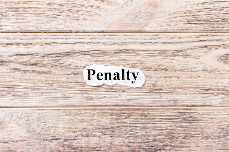 Pénalité du mot sur le papier Concept Mots de pénalité sur un fond en bois photo libre de droits