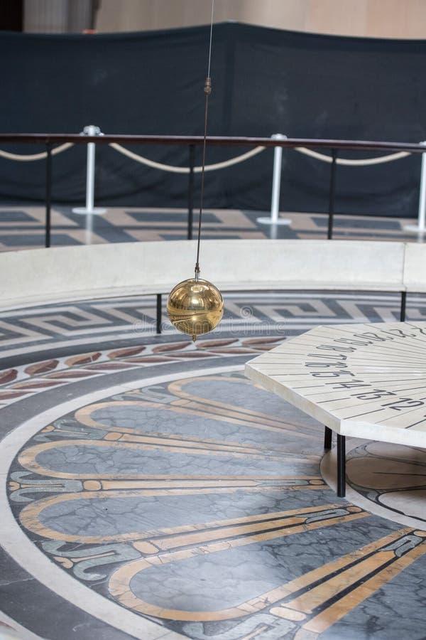 Péndulo de Foucault dentro del panteón de París fotografía de archivo libre de regalías