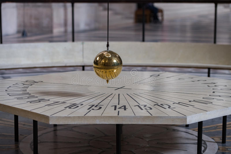 Péndulo de Foucault dentro del panteón de París fotos de archivo libres de regalías