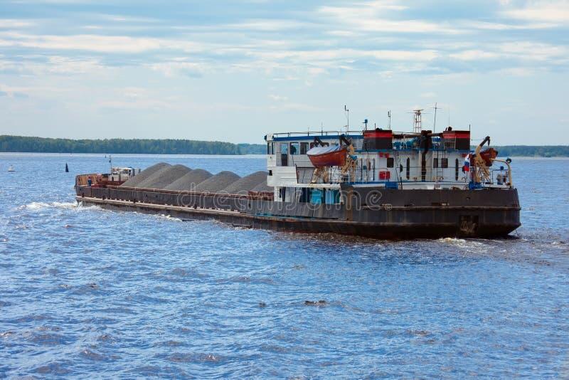Péniche avec la navigation de cargaison sur la rivière photo stock